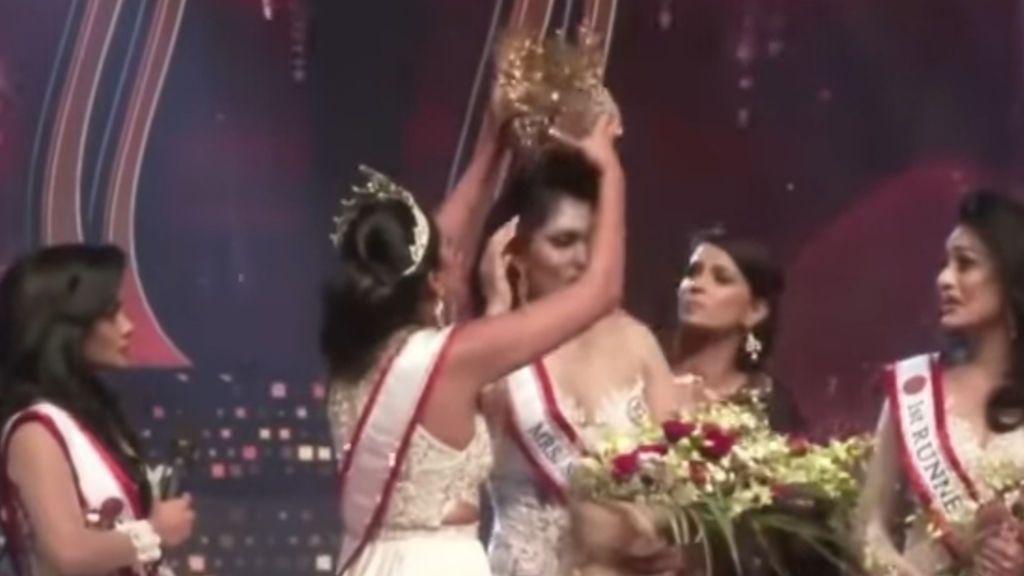 Una modelo le arranca la corona de ganadora a Miss Siri Lanka señalándola por estar divorciada