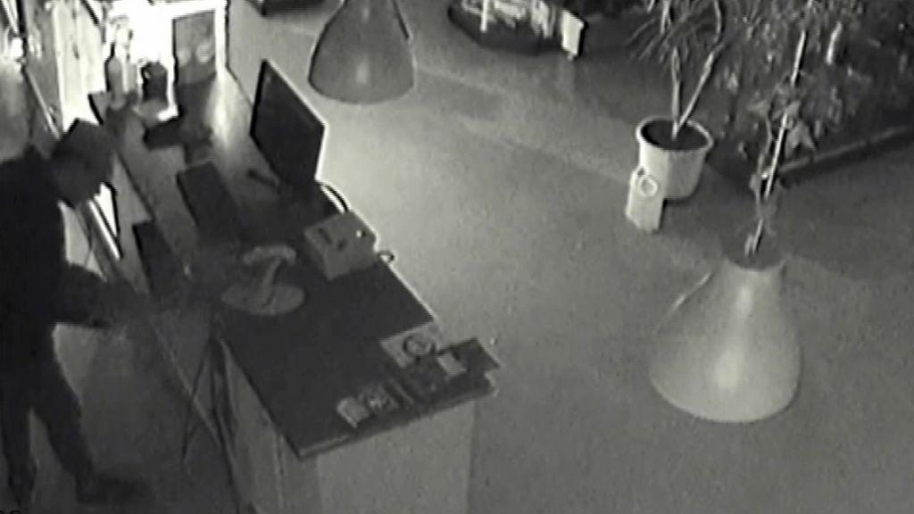 Detienen a un ladrón en la calle cuando iba cargado con la caja registradora