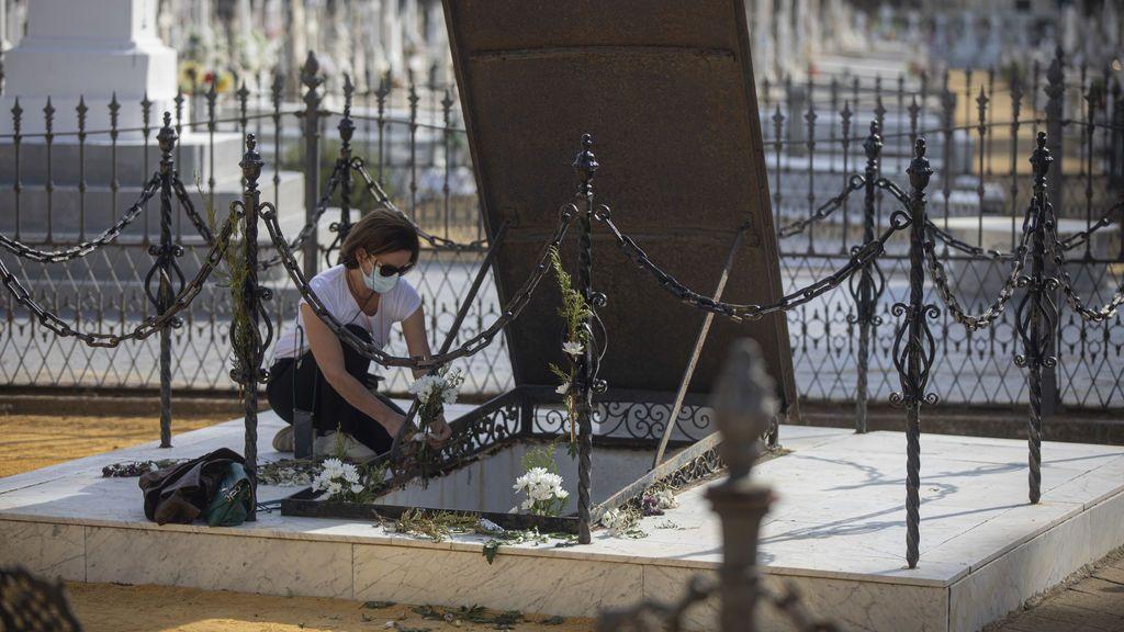 Visita al cementerio en el Día de Todos los Santos.