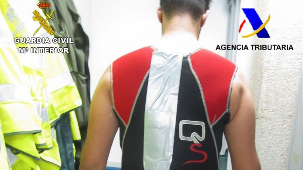 Detenido con más de cinco kilos de hachís escondidos bajo un traje de neopreno en el aeropuerto de Melilla