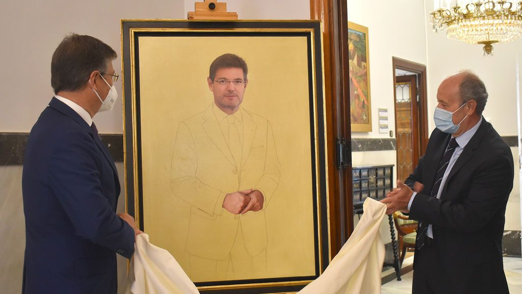Colocación del retrato de Rafael Catalá