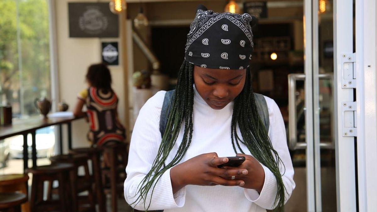 Chica chateando por WhatsApp