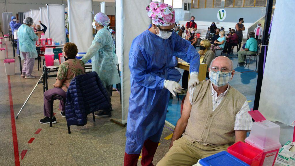 Brasil bate récord de fallecimientos diarios por coronavirus  y Argentina el de contagios