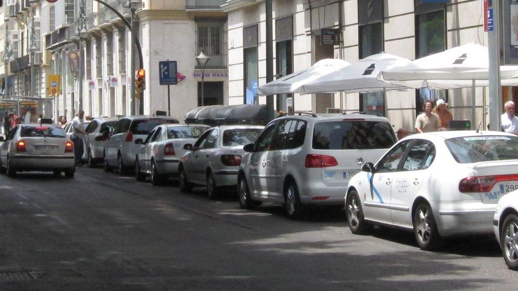 "Agreden a un taxista en Málaga por no dejar subir a unos clientes con bebidas: ""Negro, te mato"""