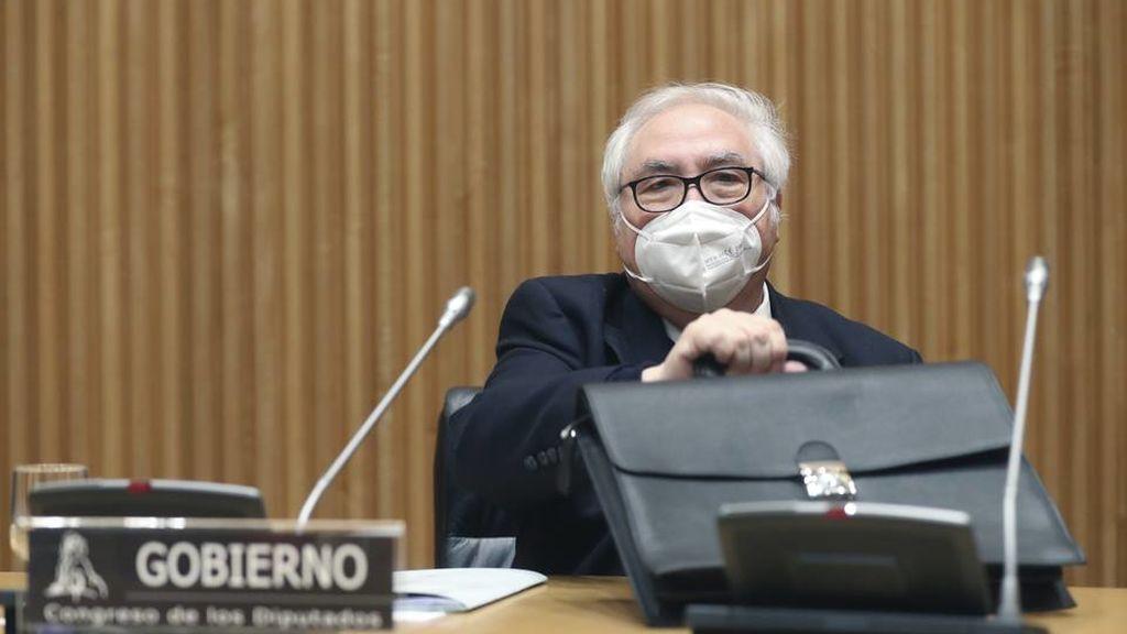 El ministro de Universidades, Manuel Castells, recibe la primera dosis de la vacuna contra la covid