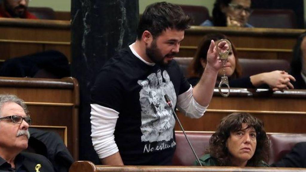 Gabriel Rufián, con unas esposas en el Congreso
