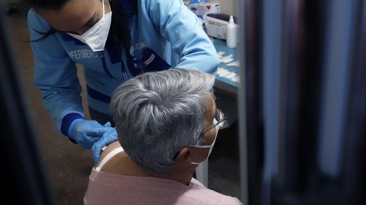 España vacunará con AstraZeneca a las personas de entre 60 y 69 años y retrasa la decisión sobre los que han recibido una dosis