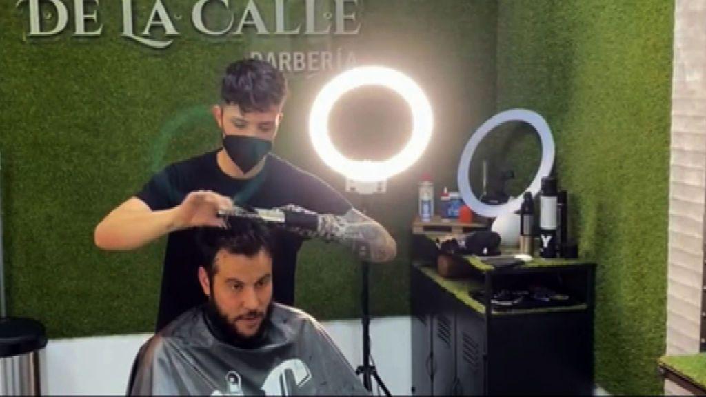 Francis, el joven peluquero sin dedos que ha abierto su propia peluquería en Almería