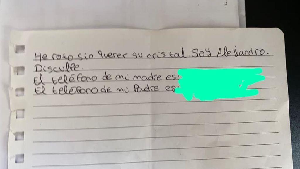 La nota de civismo de un niño sevillano sobre el parabrisas de un coche