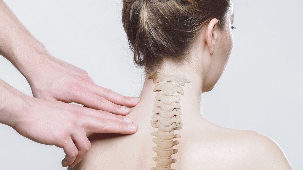 Cuidar la postura, clave en la cervicalgia: qué es y cómo tratarla