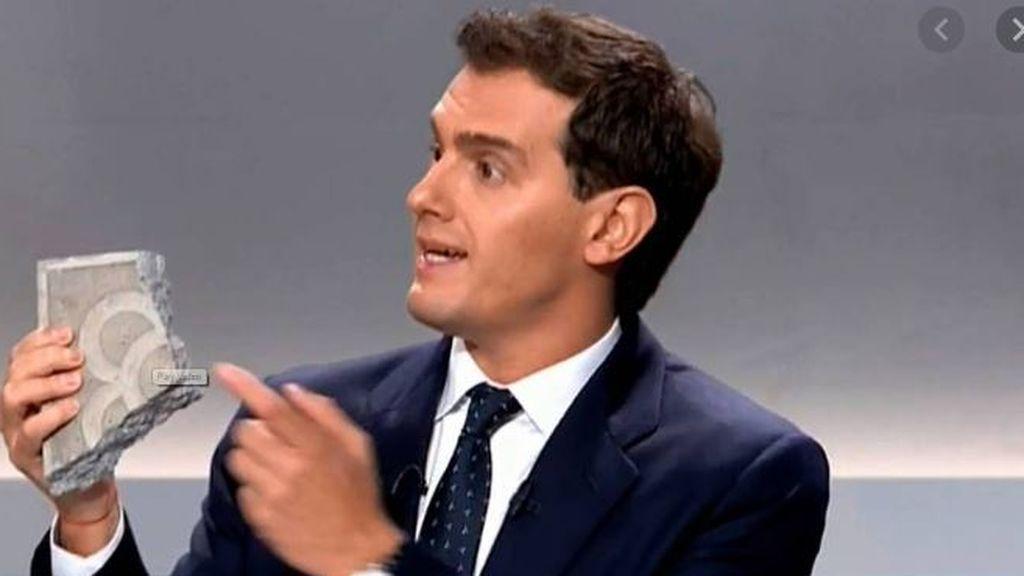 Albert Rivera muestra un adoquín en un debate electoral