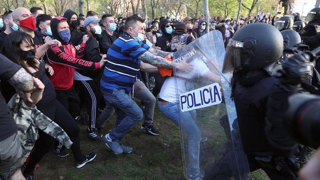 Dos detenidos y 13 heridos por los disturbios en el mitin de Vox en Vallecas