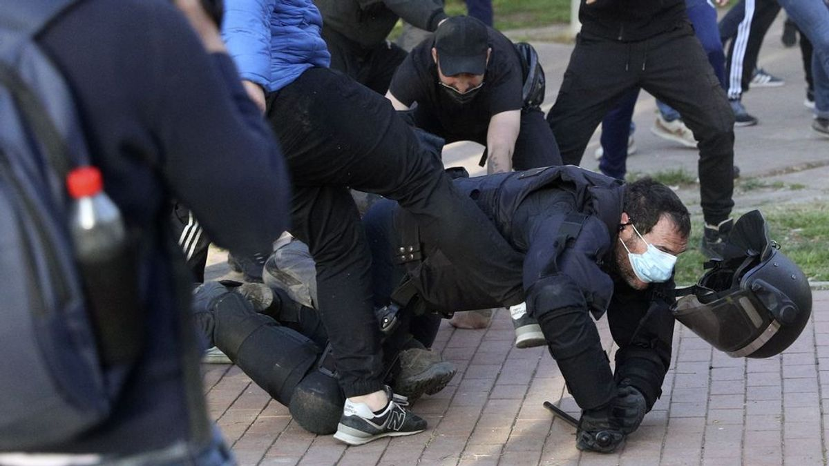 La policía carga contra una multitud que ha 'reventado' el mitin de Vox en Vallecas
