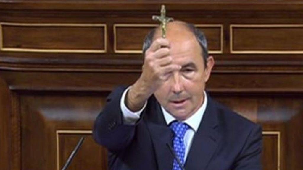 Un diputado de Vox levanta un crucifijo en la tribuna del Congreso