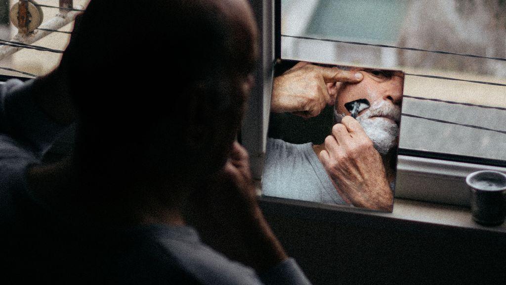 Rutina de cuidado facial masculina para lucir una piel madura impecable y libre de grasa