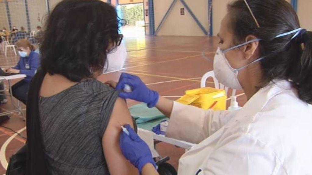 """Los vacunados con AstraZeneca, desconcertados: """"O nos dejan sin segunda dosis o mezclan vacunas, es una locura"""""""