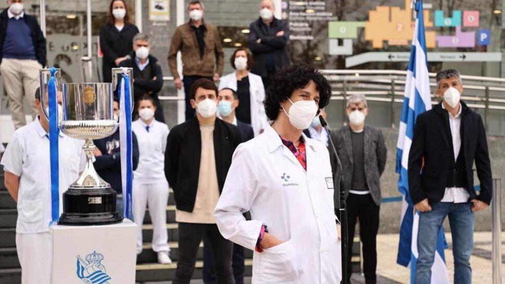 Los sanitarios del Hospital Donostia reciben la Copa del rey de manos de La Real Sociedad