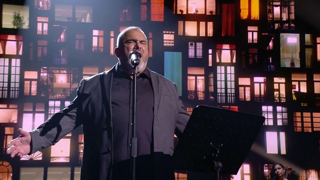 Juan Carlos, el celador, vuelve a enamorar cantando lírico