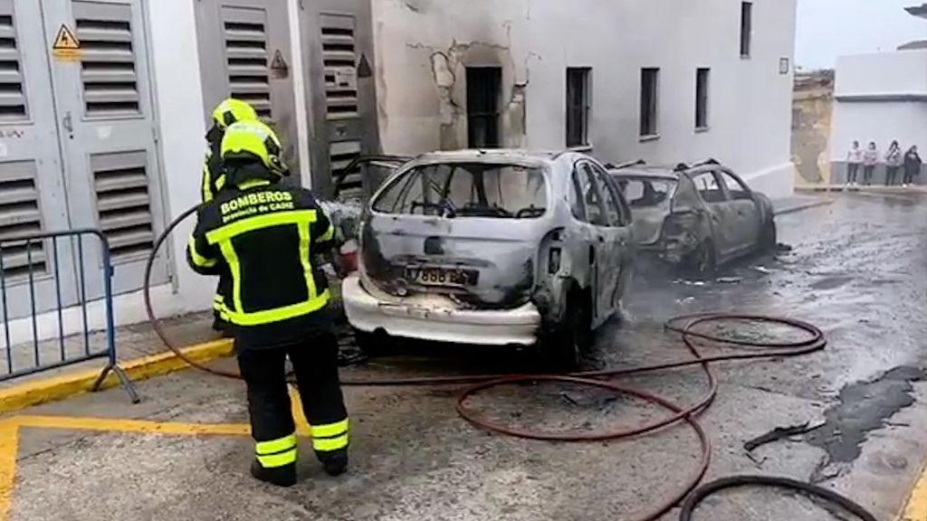 Los bomberos extinguiendo el incendio