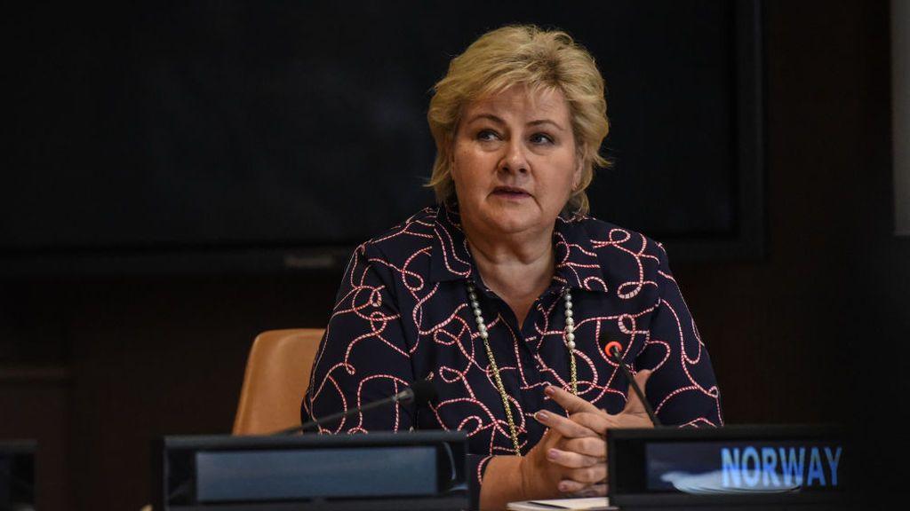 Multan a la primera ministra noruega por celebrar su fiesta de cumpleaños violando las restricciones contra el covid
