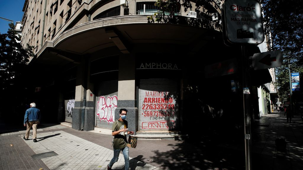 Personas caminan por una calle vacía en el centro de Santiago (Chile)