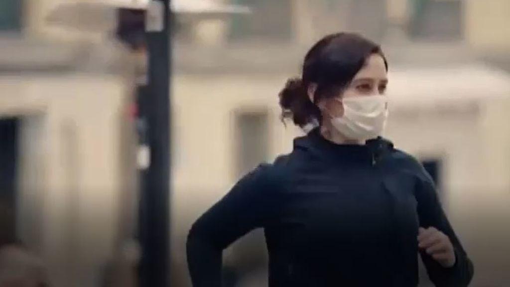 """Ayuso reivindica la """"cultura del esfuerzo"""" corriendo por un Madrid abierto en su vídeo de campaña"""