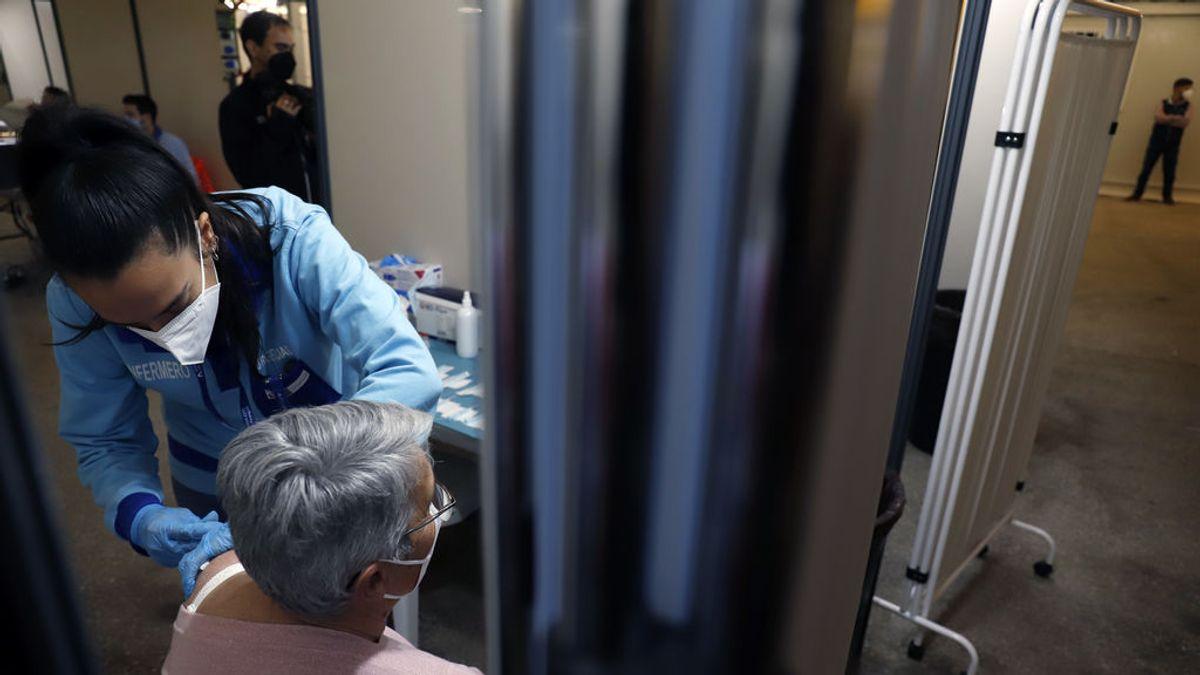 """El 20% de los andaluces rechazan inmunizarse con AstraZeneca y Moreno insiste en que """"vacunarse es seguro"""""""