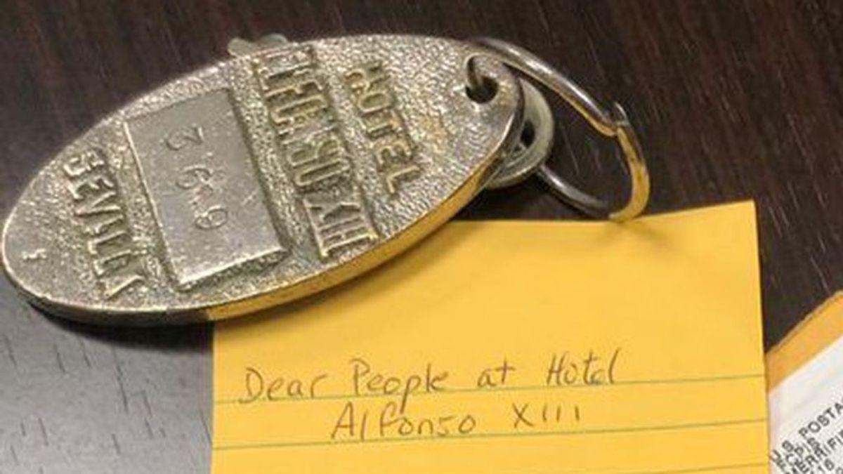 Cortesía ante todo: un huésped del Hotel Alfonso XIII devuelve una llave de habitación que se llevó por error en 1974