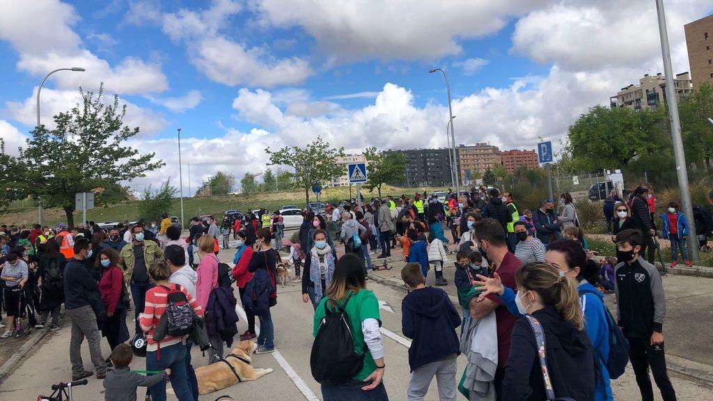Movilización de vecinos en Villa de Vallecas para reclamar su derecho a una plaza educativa pública de calidad y sin masificación