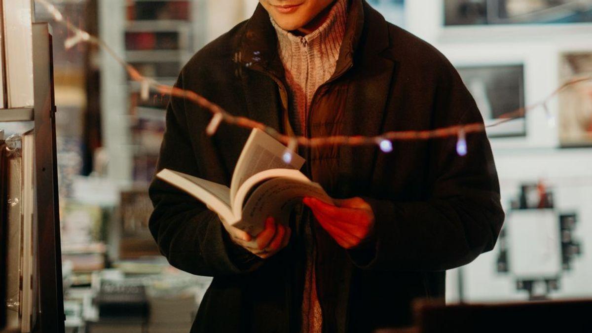 Un largo abrigo, papel de regalo y un grupo de Whatsapp: dos libreros descubren a un presunto ladrón de libros