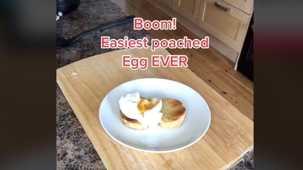 """Una usuaria de TikTok enseña la forma """"más fácil"""" de hacer un huevo escalfado"""