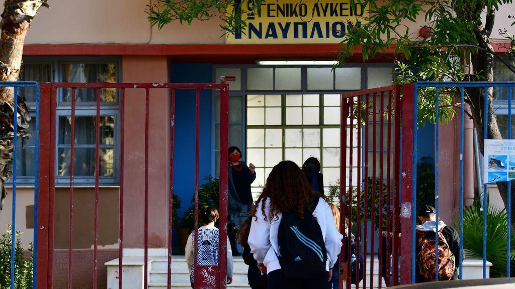 Los alumnos de secundaria en Grecia vuelven a clase tras cinco meses a distancia