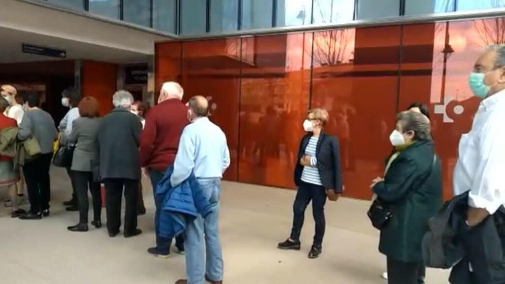 Quejas por las aglomeraciones en la vacunación de Euskadi
