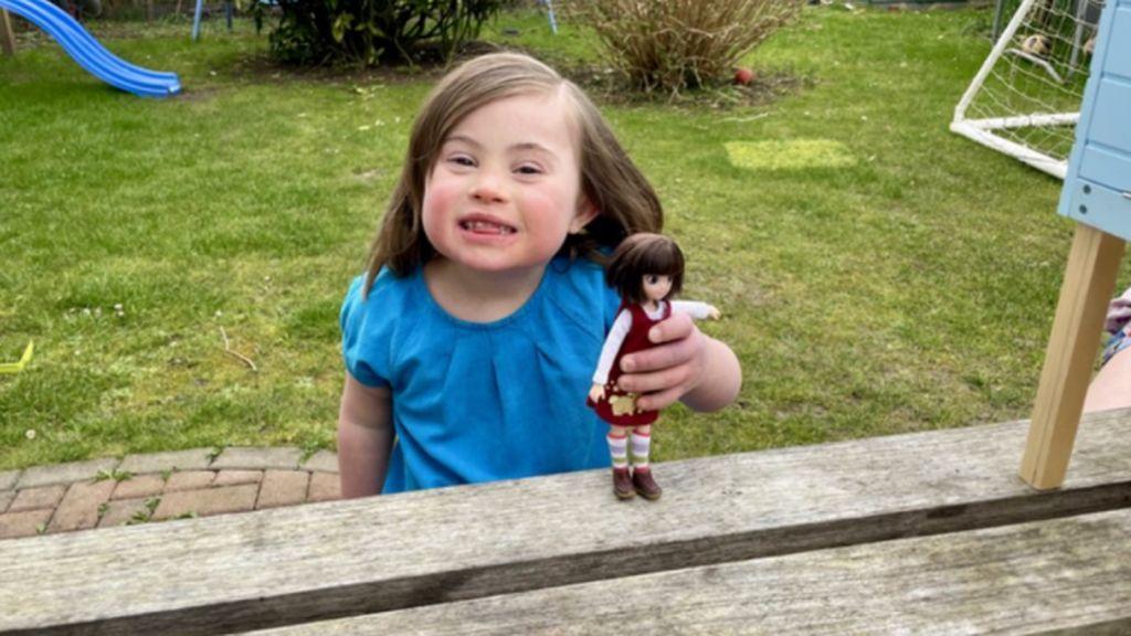 Crean una muñeca, Rosie Boo, con síndrome de Down inspirada en una niña real