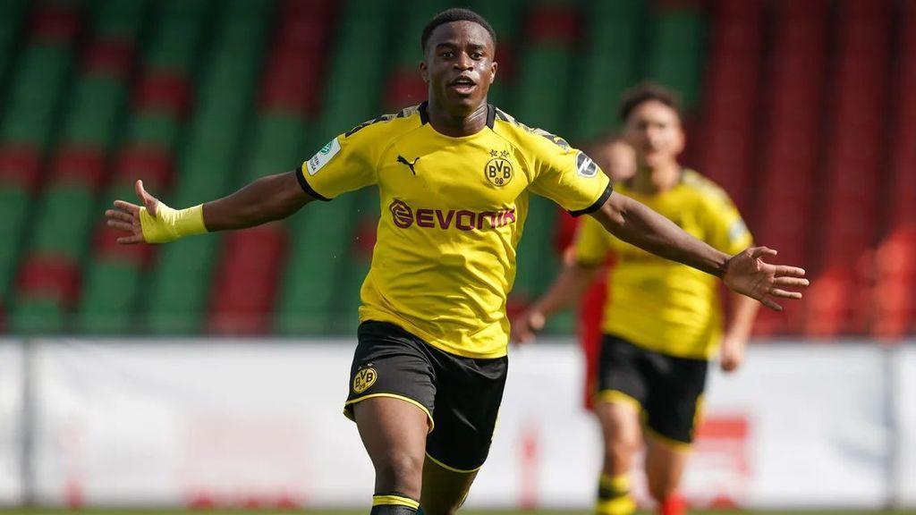 Moukoko, jugador del Dortmund de 16 años, en el foco mediático tras revelarse que tenía a su exnovia encerrada en la habitación