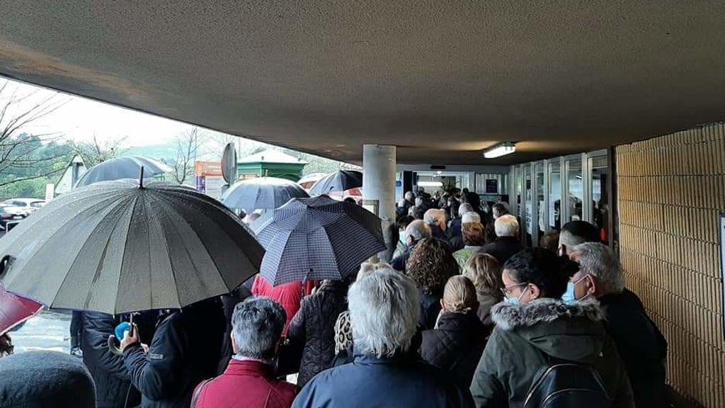 Los ancianos se agolpan en el Hospital de Galdakano a la espera de su turno.