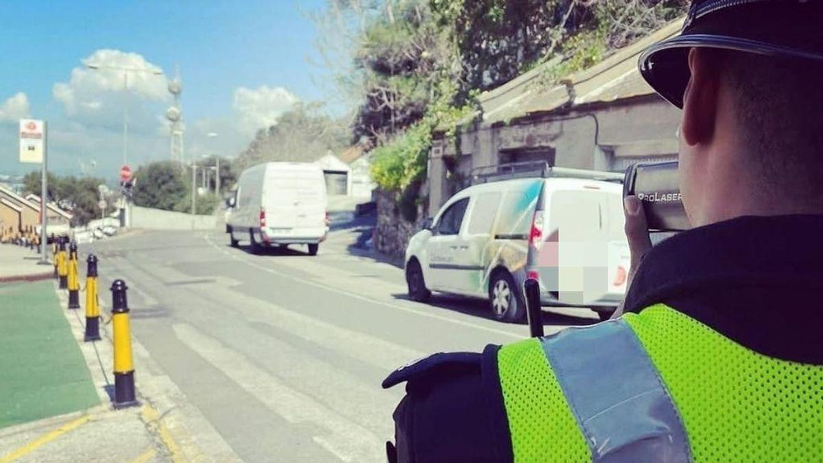 """""""Seguramente tienen algo mejor que hacer"""": la respuesta de un conductor gibraltareño sorprendido mientras conducía dando el biberón a su hija"""