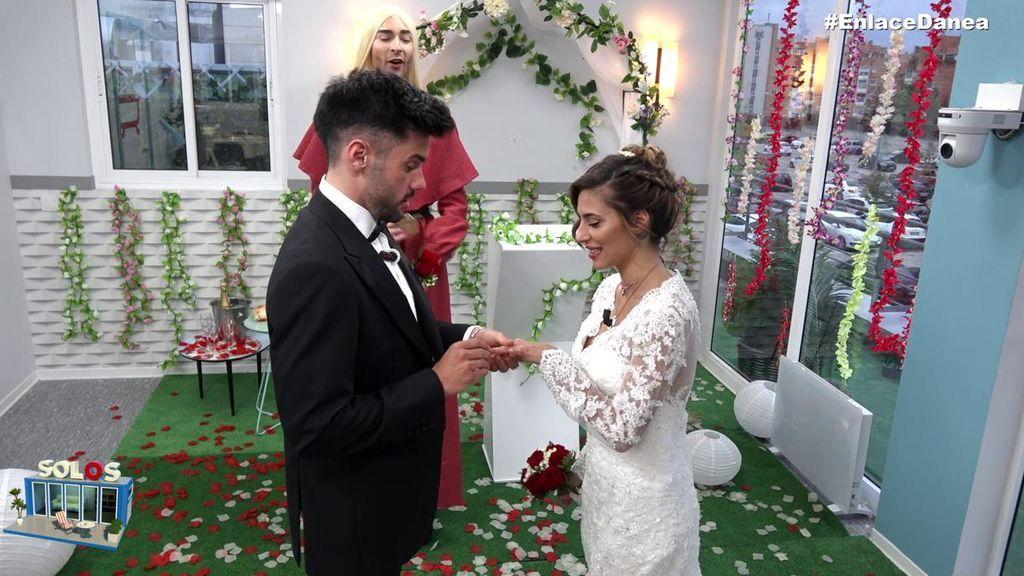 Dani se emociona al leer los votos en la boda
