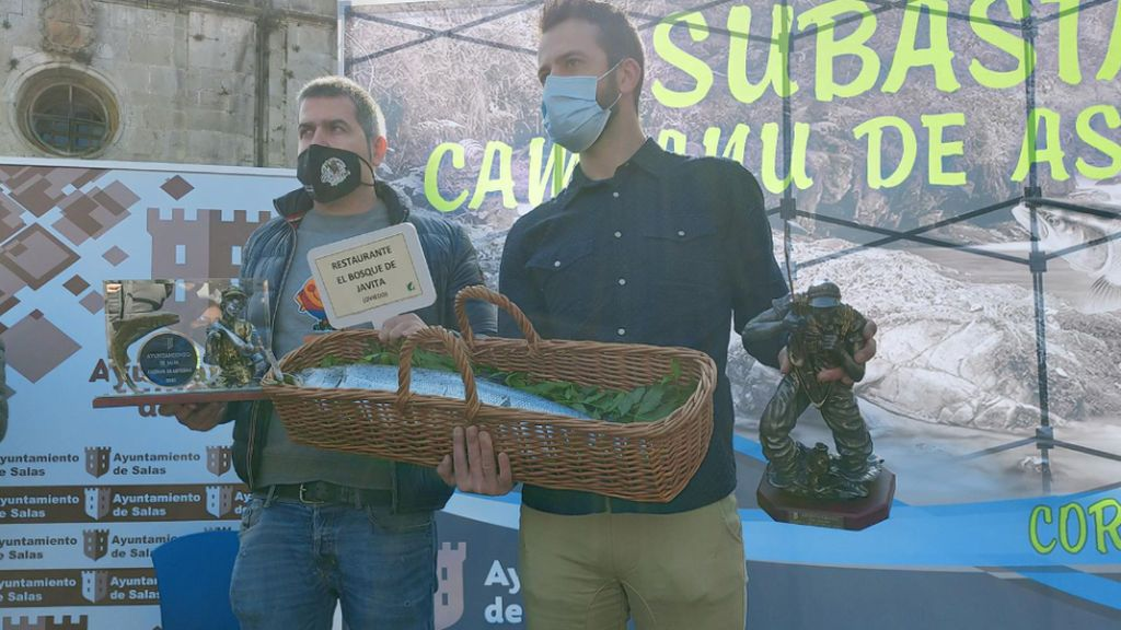 El restaurante El Bosque adquiere por 10.300 euros el 'campanu', el primer salmón de la temporada de Asturias