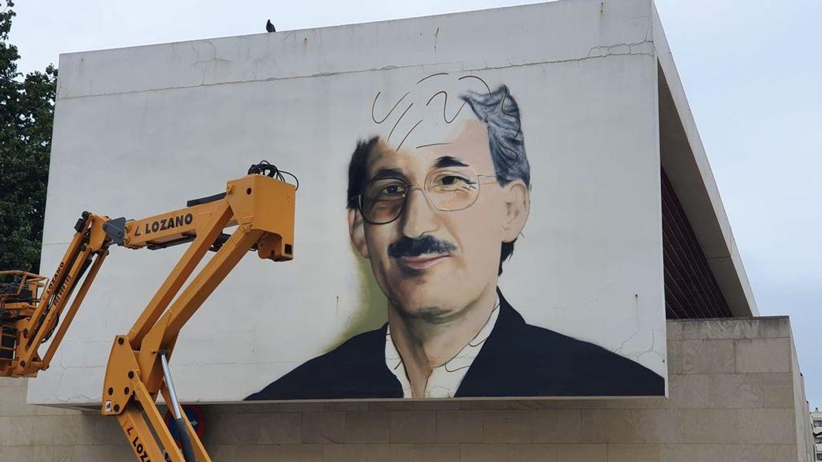 """El artista urbano Nesui SRC pinta en Málaga un grafiti de Martín Carpena: """"Para que los más jóvenes no olviden su rostro"""""""