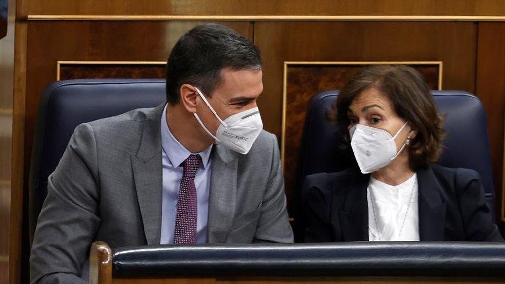 Pedro Sánchez y Carmen Calvo conversan en el banzo azul