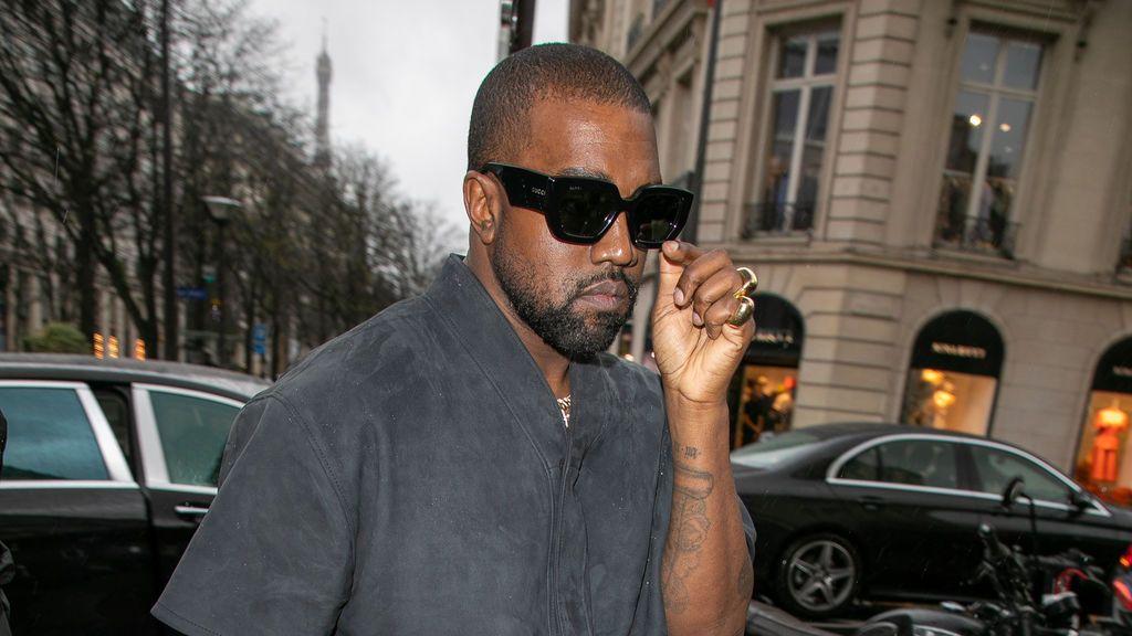 Kayne West pone a la venta las zapatillas que llevó en los Grammy por un millón de euros