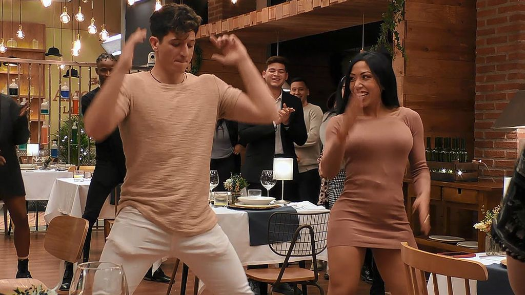 """El baile del 'Aguacate y el potasio' revoluciona 'First Dates': """"¡Todo el mundo en pie!"""""""