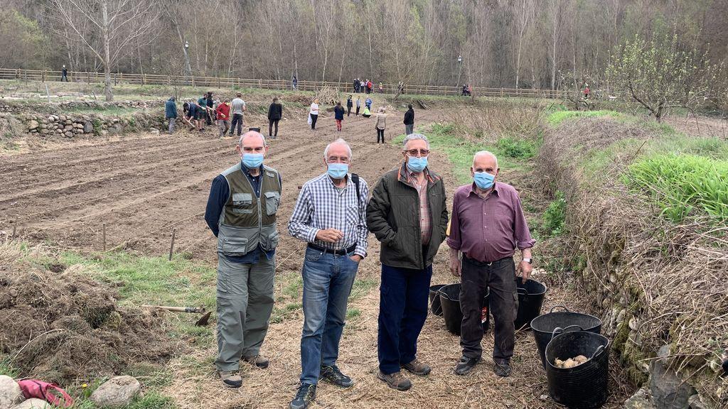 Vecinos preparando la huerta para el cultivo de este año