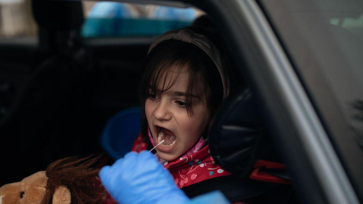 Un estudio avala la fiabilidad de las PCR con saliva en niños, que podrían evitarse la turunda por la nariz