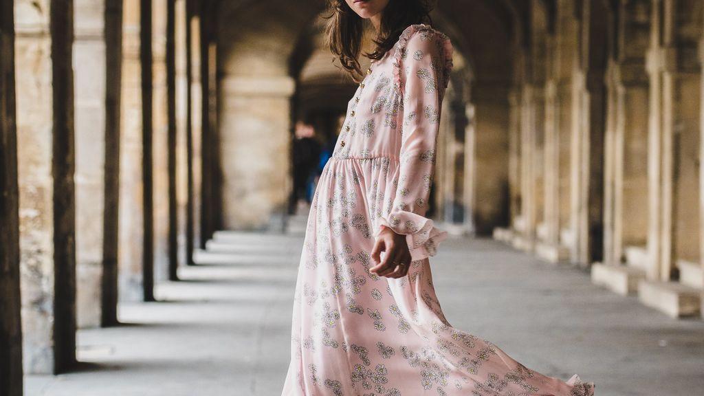 Rosa y granate, así es la combinación de tonos perfecta de los vestidos de invitada esta temporada