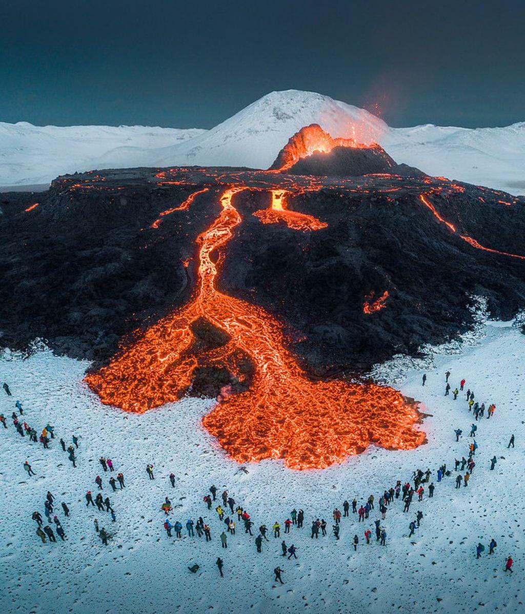 A vista de dron: la hipnótica imagen de la lava del volcán islandés mezclándose con la nieve
