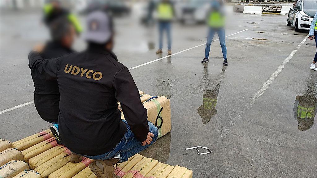 Dos agentes se fotografían sobre el hachís intervenido