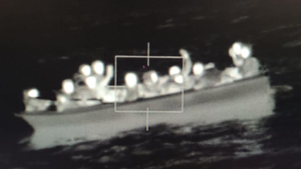 Pateras sin motor soltadas por barcos pesqueros: el otro riesgo de la costa española