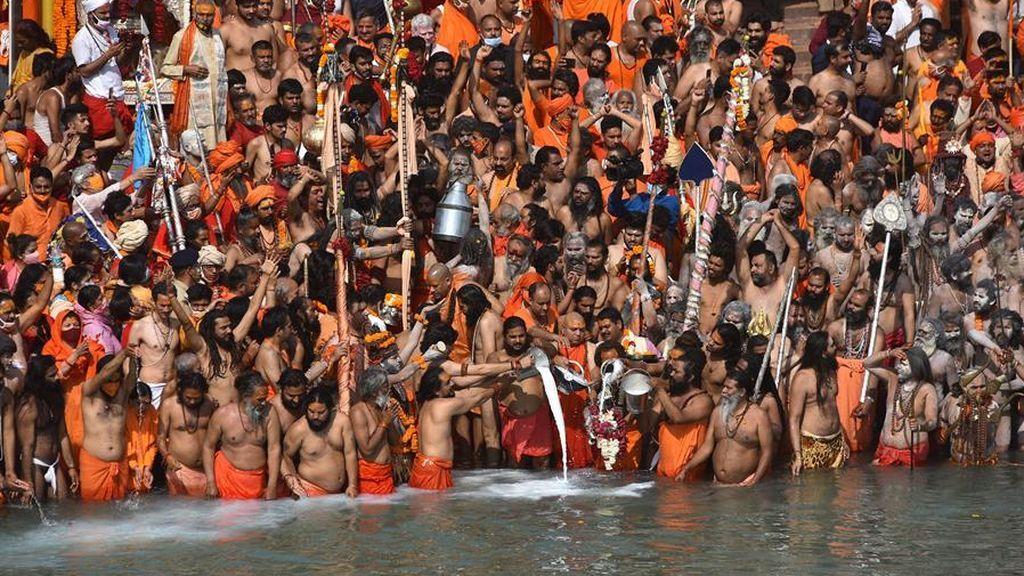 India celebra un masivo festival religioso con un nuevo récord de contagios de covid